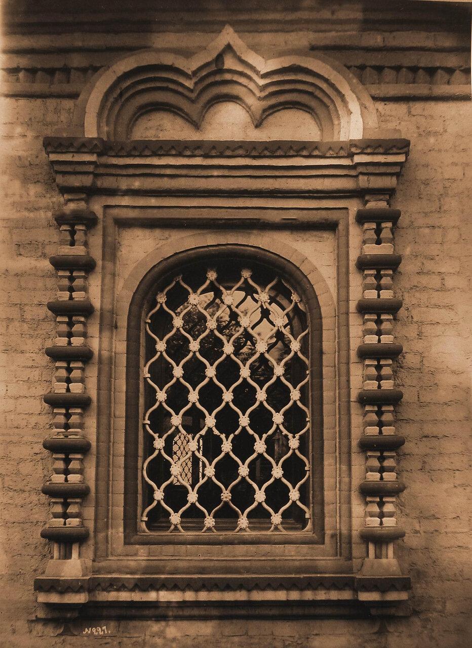 Вид окна церкви Косьмы и Дамиана