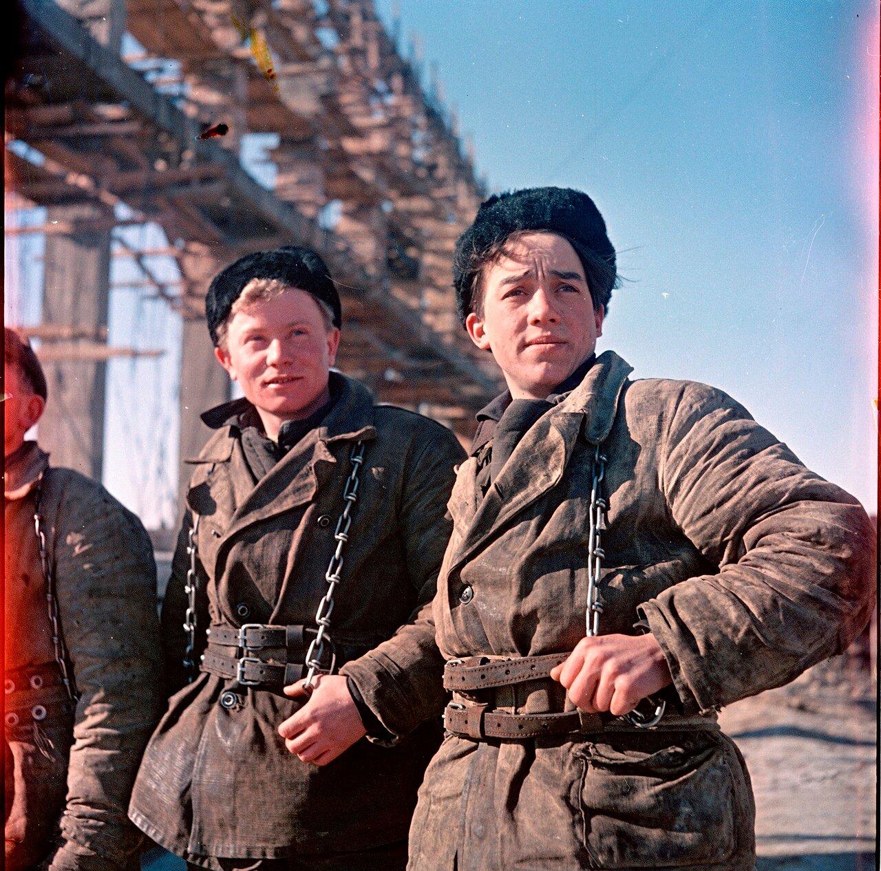 Молодые верхолазы на строительстве павлодарского индустриального центра