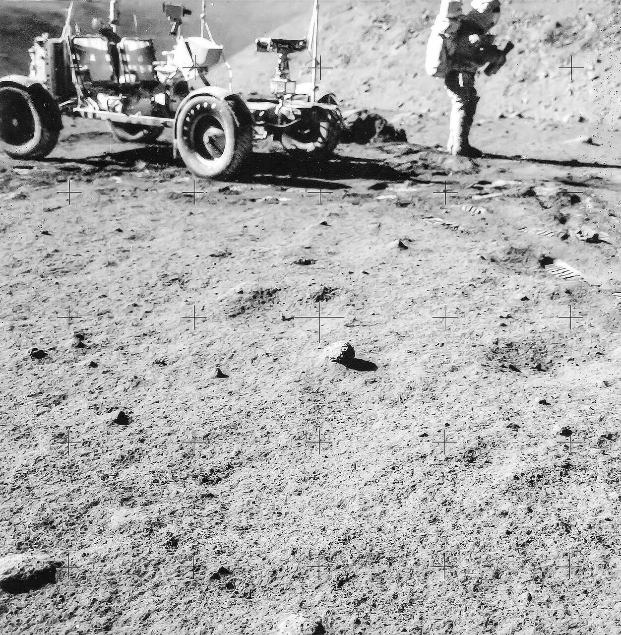 Через тринадцать минут и почти через полтора километра после начала поездки астронавты  выехали на край Борозды Хэдли Рилл