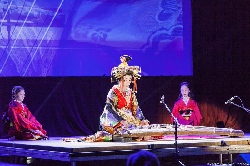Кикукава-таю играет на древнем японском музыкальном инструменте