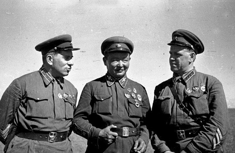 Командарм 2-го ранга Г.М. Штерн, маршал Монгольской Народной Республики Х. Чойбалсан и командир корпуса Г.К. Жуков на командном пункте Хамар-Даба. Халхин-Гол, 1939 год.
