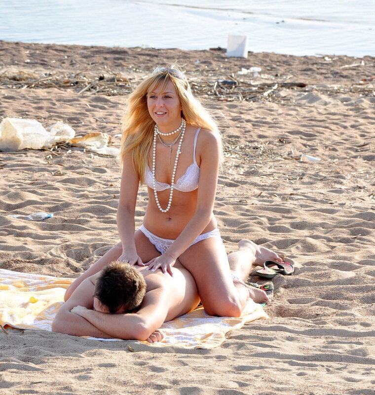 девушки в нижнем бельем на пляже