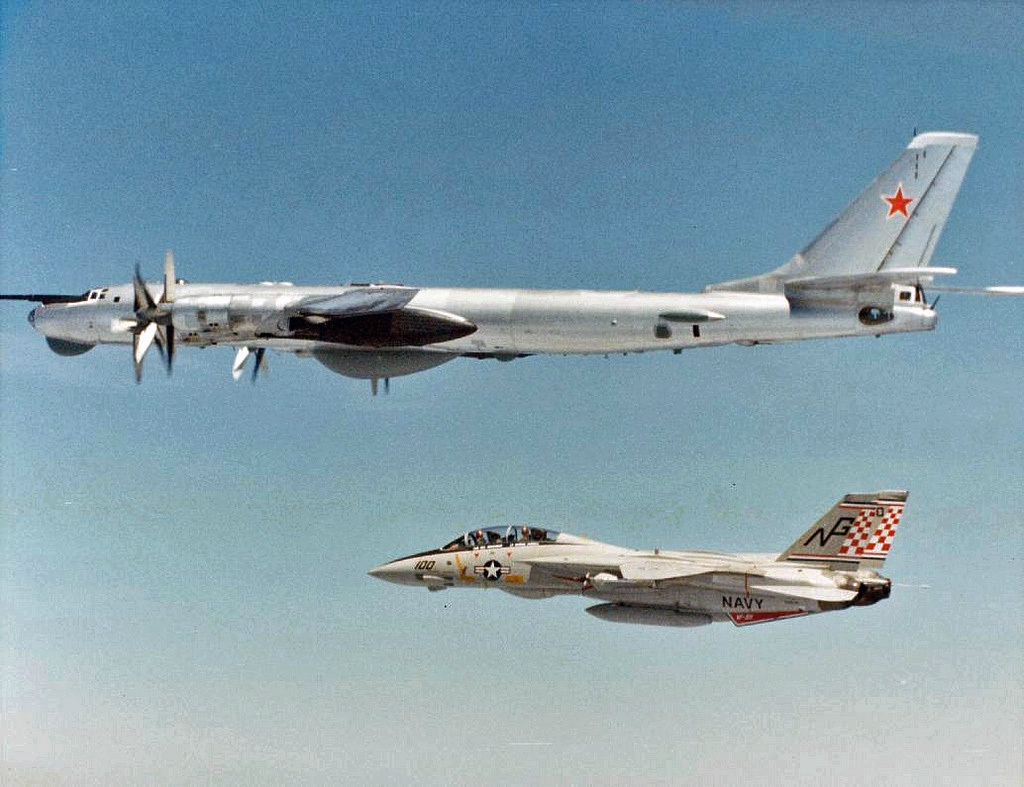 ИстребительF-4 Фантом и бомбардировщикТу-95