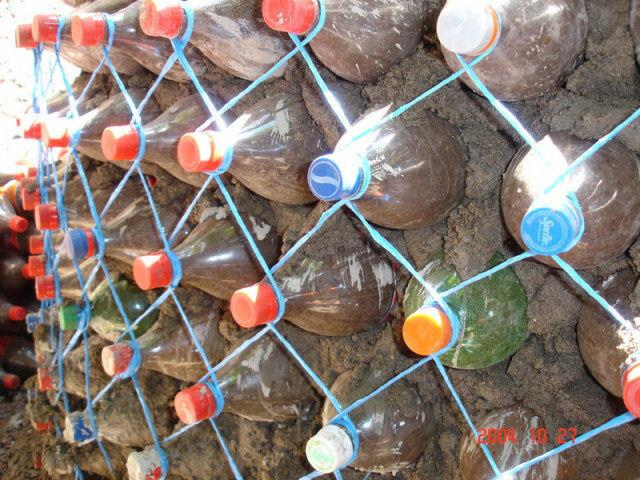 Экономичный дом из пластиковых бутылок