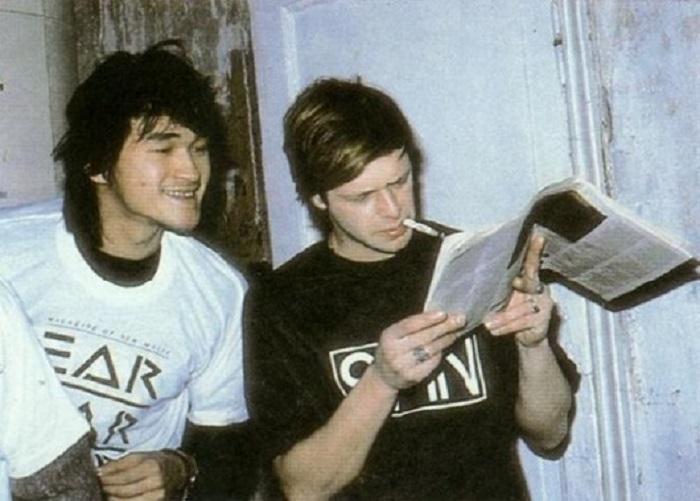 Виктор Цой и Борис Гребенщиков читают западный рок-журнал в 1986 году.   Юрий Гагарин с