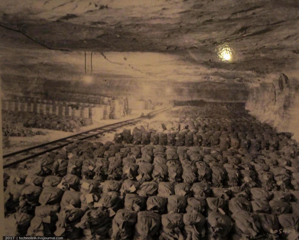 26. Американская бронетехника возле копера шахты и документ, посвященный находке.