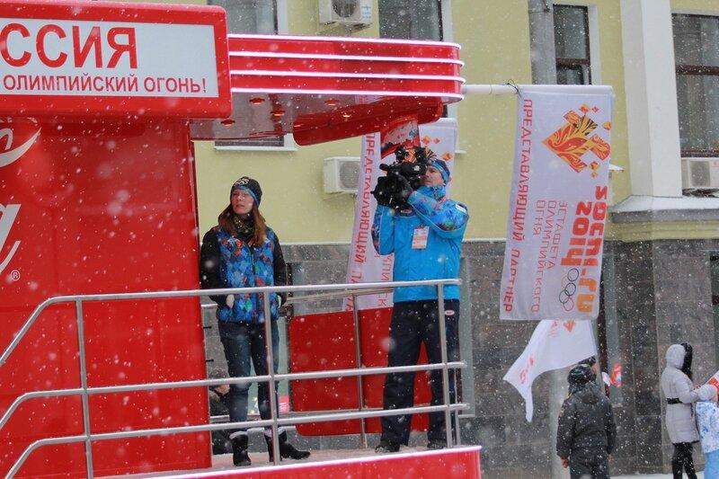 Эстафета олимпийского огня в Кирове: видеосъемка с кокаколовского автомобиля