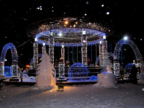 Новогоднее украшение фонтана.