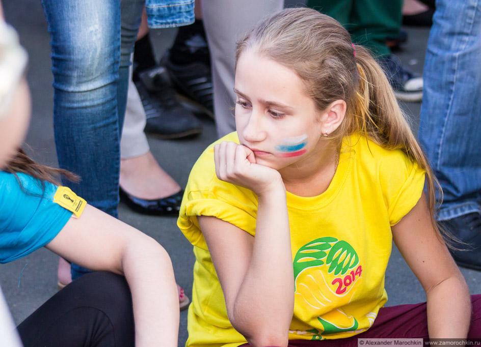 Девушка с российским флагом, нарисованным на щеке