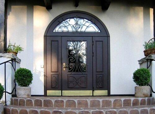 Входные двери арочной формы, три створки, арочная фрамуга, стекло, кованые решетки на стеклах, дорого, красиво