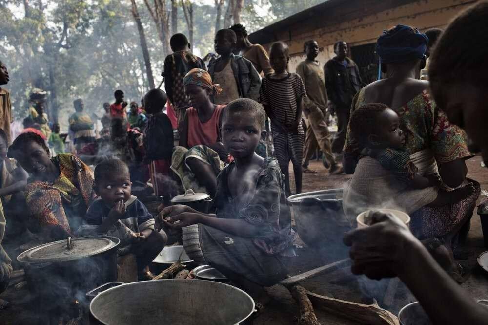 Мирное население, которому больше всех остальных приходится страдать от противостояния вооруженных группировок Seleka и Anti-Balaca в лагере для вынужденных переселенцев на территории католической миссии в Босангое