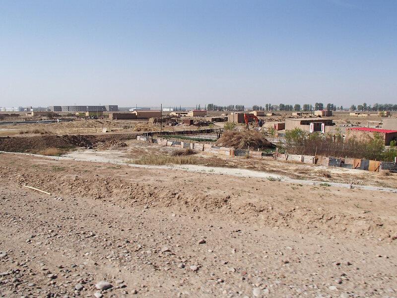 деревни за дамбой вдоль реки хуанхэ во внутренней монголии