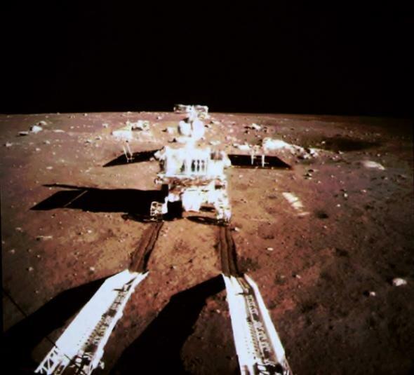 Китайский луноход Нефритовый заяц съезжает на коричневую поверхность Луны. Фото: Синьхуа