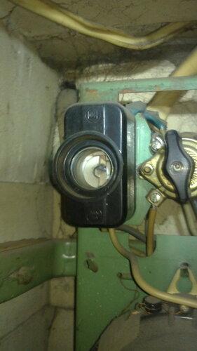 Фото 2. Предохранитель автоматический резьбовой (ПАР) демонтирован. Пора приступить к разборке основания ПАР.