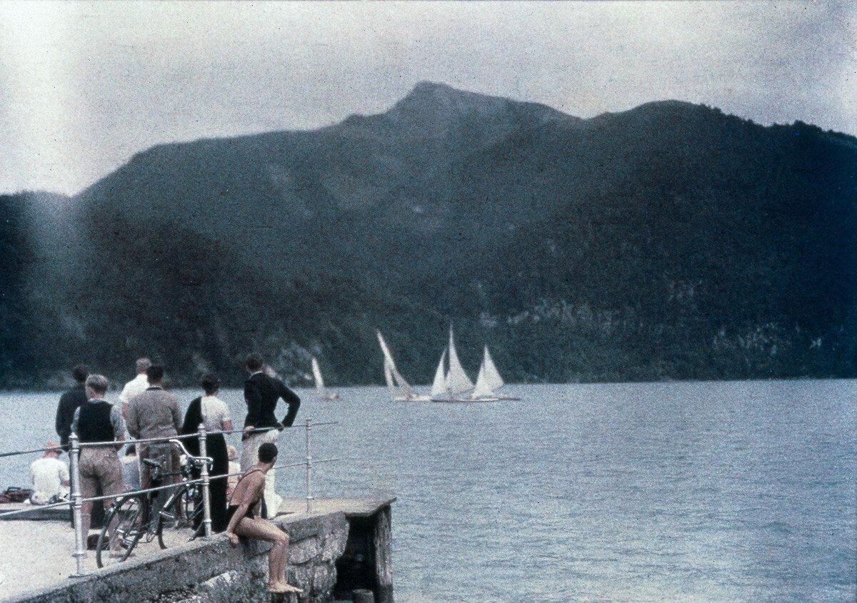 1925. Люди смотрят на парусную регату