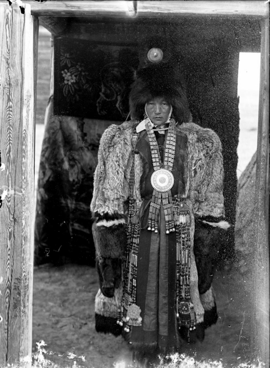 Богатая якутская женщина в меховой одежде, 1902