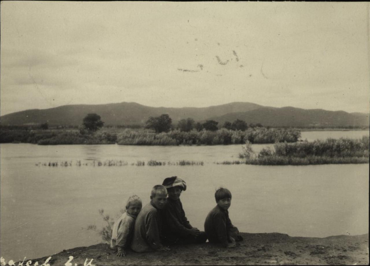 Четыре мальчика на берегу реки