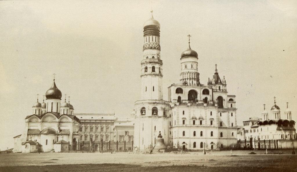 Москва. Часть Кремля с колокольней Ивана Великого в середине. 1880