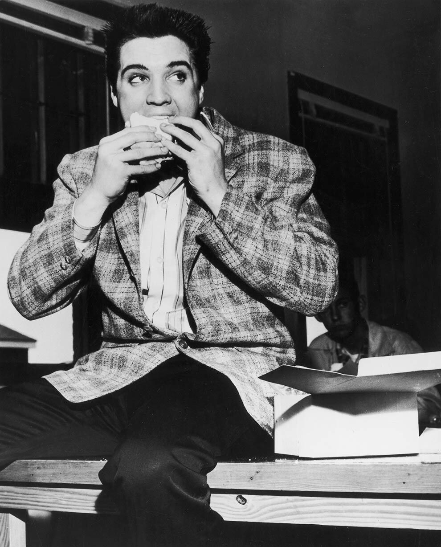 1958. Элвис Пресли ест бутерброд. Мемфис, Теннесси