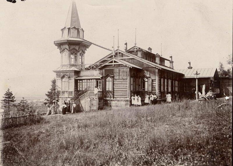 Вид дачи на высоком берегу реки Ушаковки. Фотография И. А. Подгорбунского, начало ХХ в