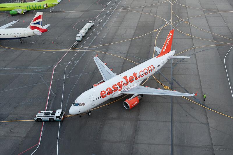 Airbus A320-214 (G-EZTA) EasyJet D708729