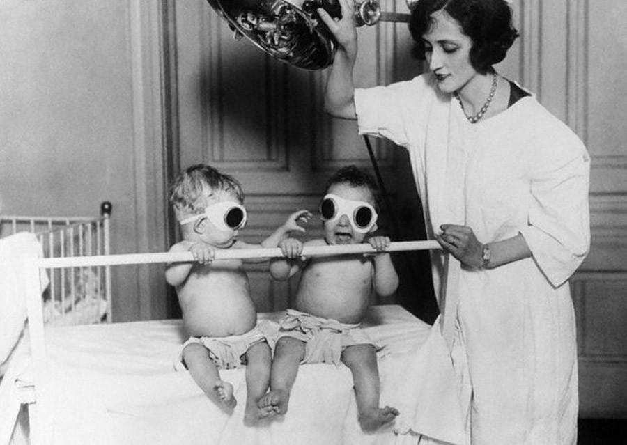 Медсестра облучает детей УФ-светом. 1927 год. В прошлом витамин D поставлялся детям через загар, пок