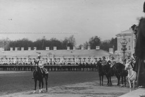 Император  Николай  II  в кирасирском мундире верхом на коне  у Екатерининского дворца на параде полка.