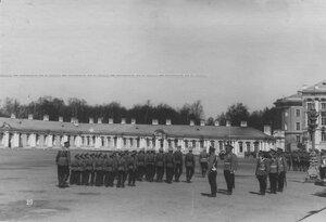 Прохождение церемониальным маршем школы солдатских детей полка мимо императора Николая II на параде полка.