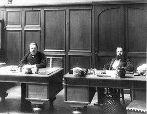 Служащие Московского Купеческого банка за работой.