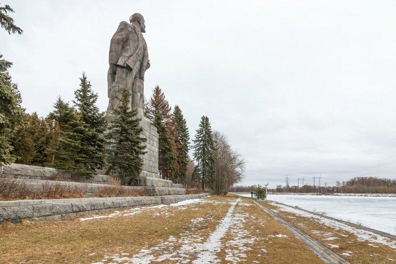 Памятник Ленину и аванпорт канала имени Москвы