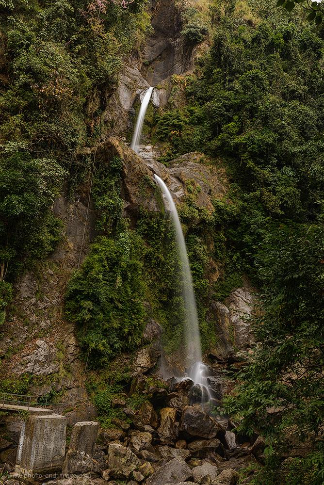 Фото 1. Один из многочисленных водопадов по пути в деревню Лачунг (Lachung) на севере штата Сикким в Индии. Поездка из Гангтока в долину Yumthang Valley. Фотоаппарат Nikon D610, объектив Nikkor 24-70/2.8, поляризационный фильтр Hoya HD Circular-PL, штатив Sirui T-2204X. Настройки, использованные при съемке: диафрагма f/20.0, выдержка 1 секунда, ISO 50, фокусное расстояние 34 мм.