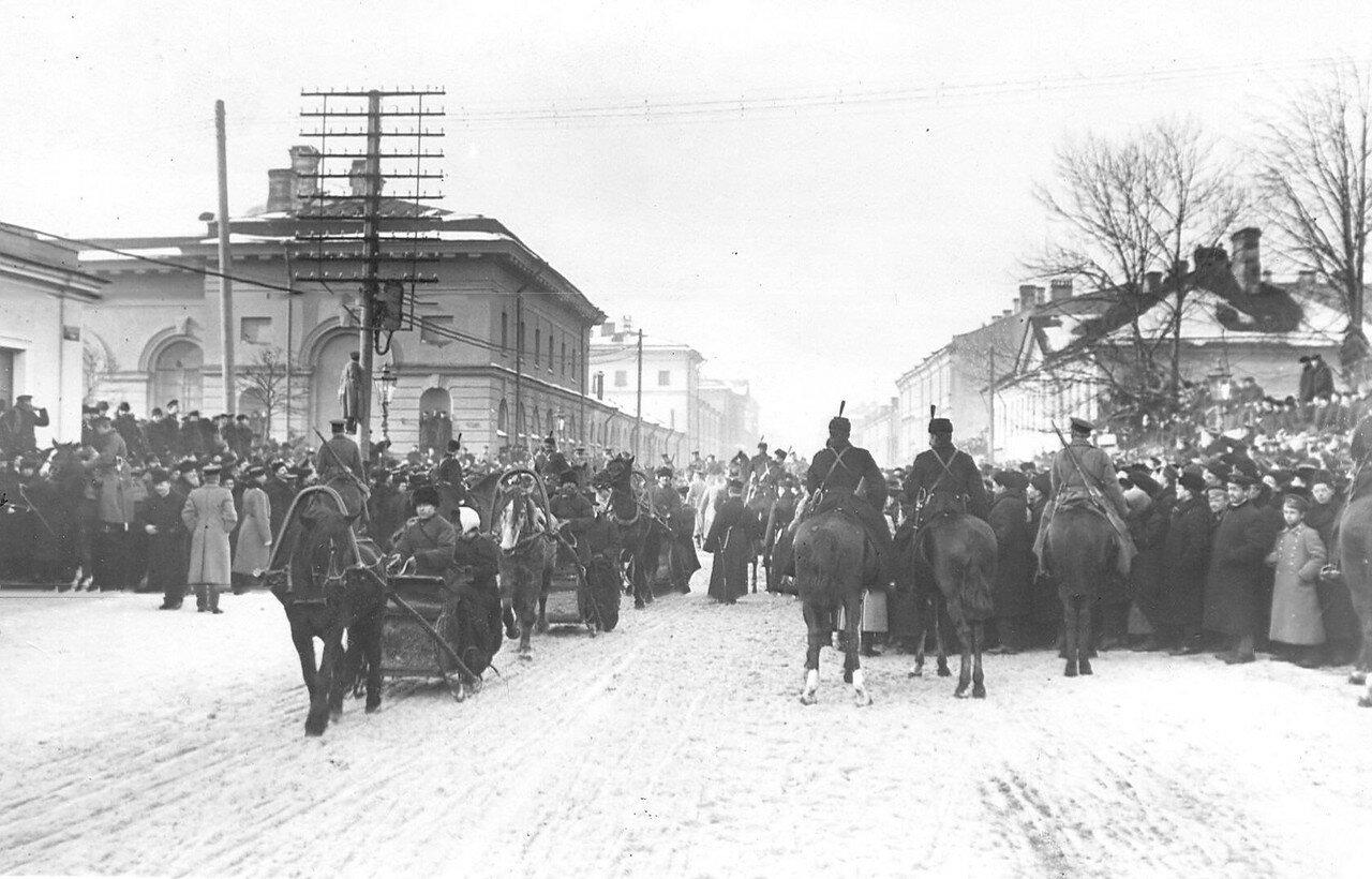 Наряд конных стражников и полиция на Шпалерной улице во время открытия Первой Государственной думы