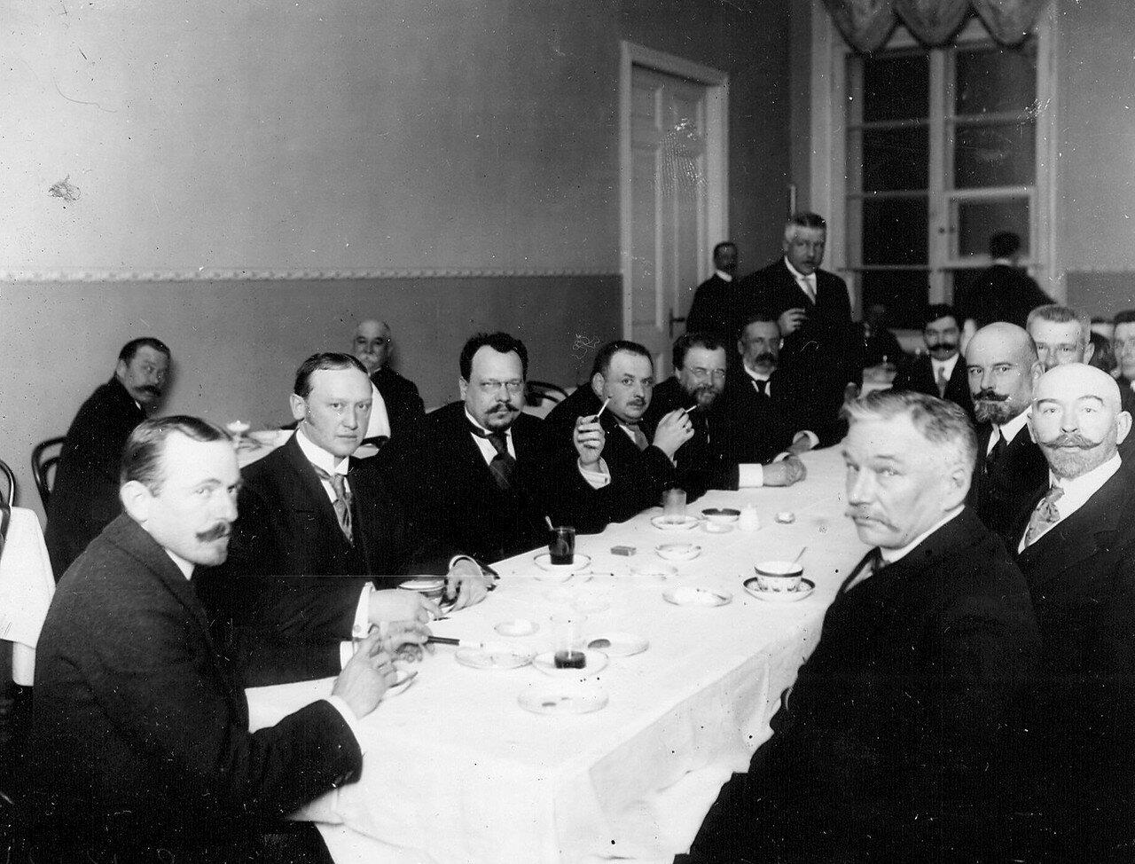 Группа членов избирательной комиссии по выборам депутатов в Четвертую Государственную думу за чаем. Октябрь 1912