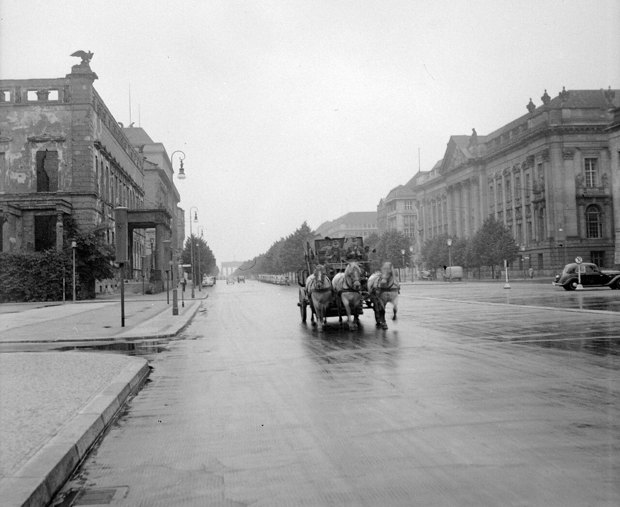 1956. Берлин, Восточный Берлин, Унтер-ден-Линден. На фоне Бранденбургских ворот