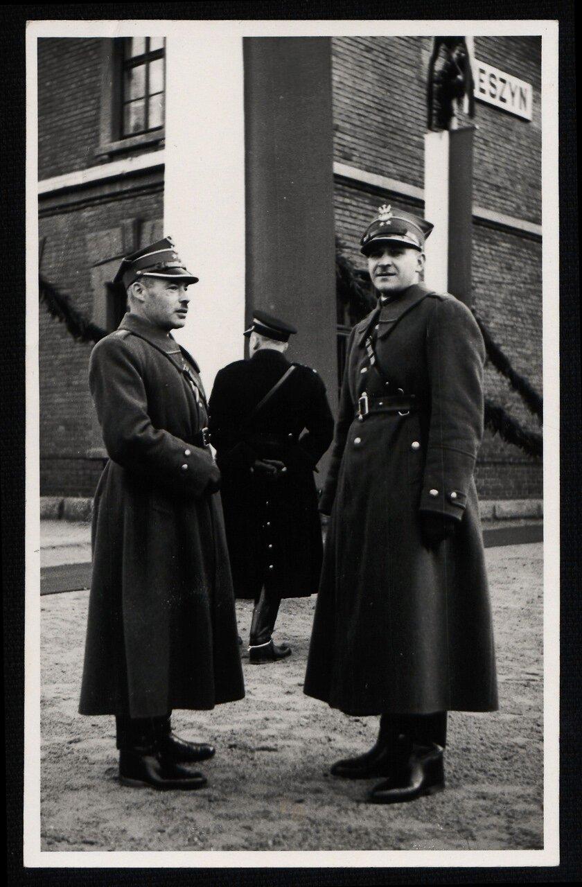 Два офицера польской армии ждут прибытия президента Игнация Мосцицкого в Чески-Тешин