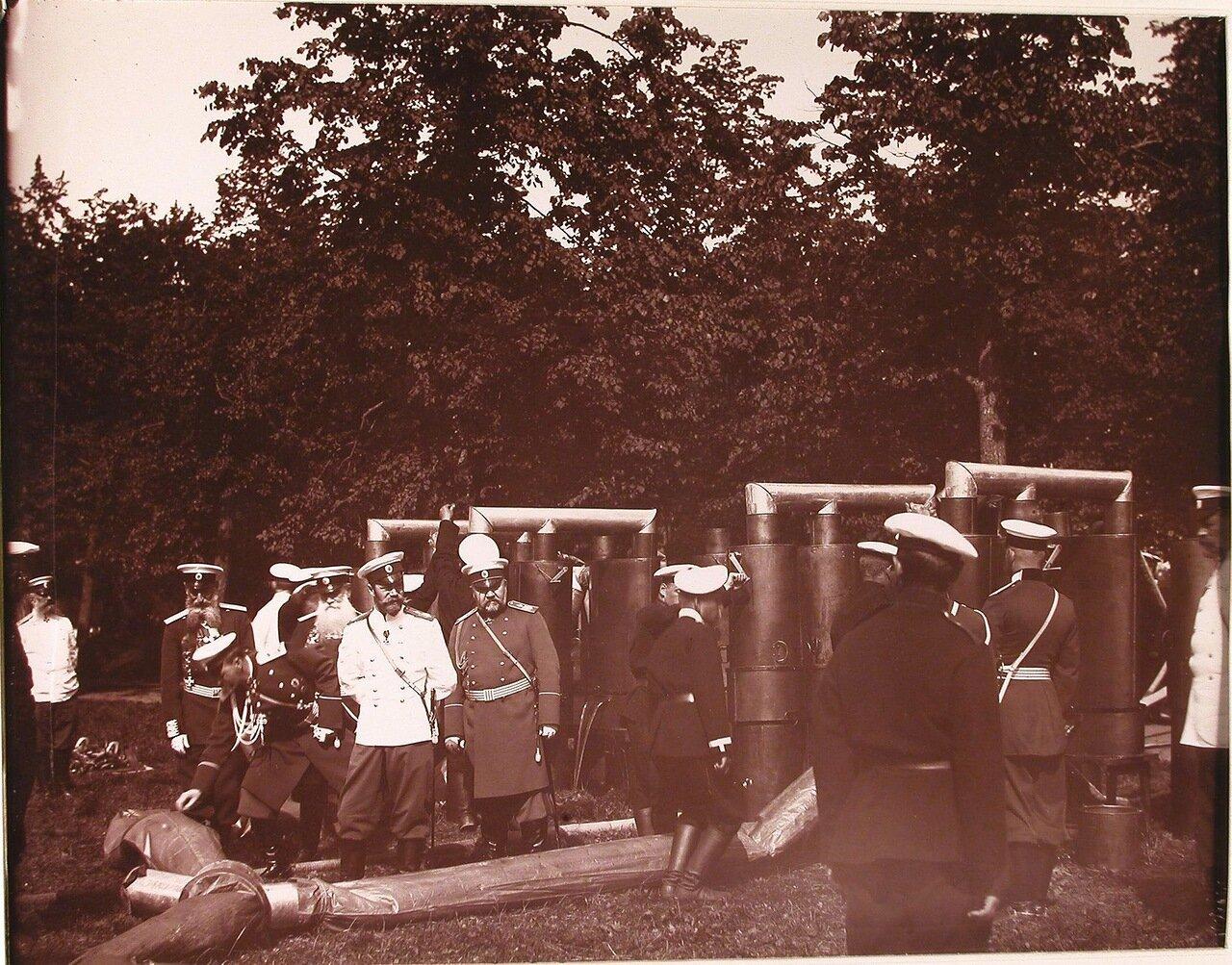 01. Император Николай II и сопровождающие его высшие офицерские чины за осмотром газовой батареи