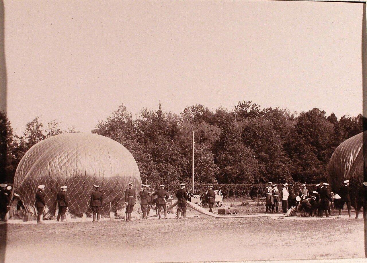 08. Император Николай II и группа офицеров наблюдают за наполнением воздушного шара дирижабля