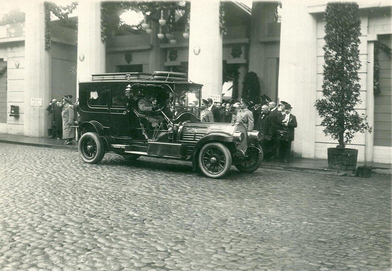 02. Автомобиль императора Николая II у здания манежа