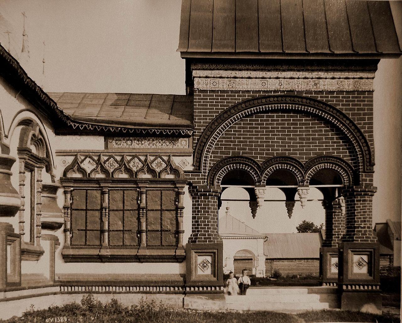 Вид боковой части западного входа в церковь Иоанна Златоуста в Коровниках