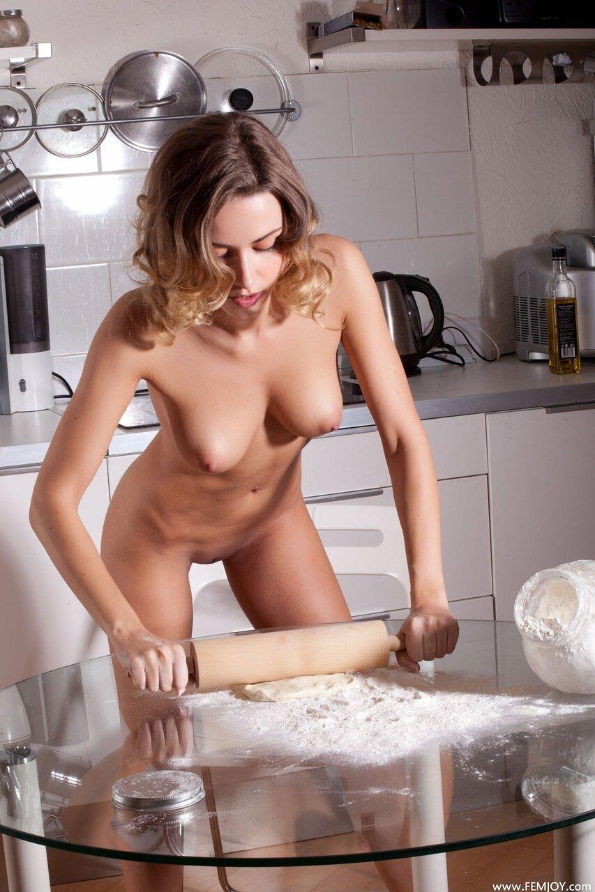 Телка готовит голая 1 фотография