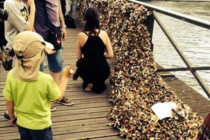 Ограждения парижского моста Искусств обрушилось под весом «замков любви»