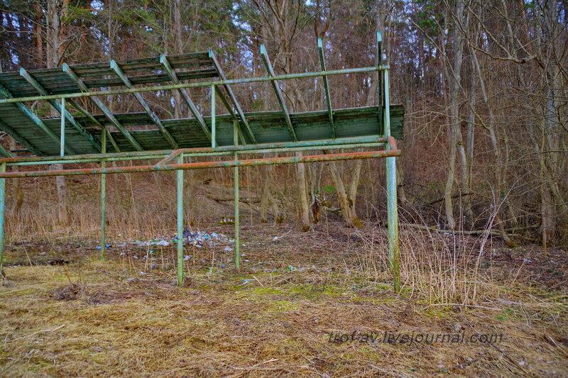 Разрушенный навес на берегу реки Москва у санатория имени Герцена