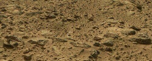 Панорама с Марса от Curiosity. Стрелками указано положение молотка с надписью