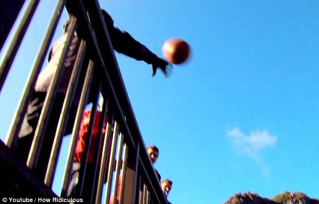 Австралиец забросил мяч в кольцо с расстояния в 126,5 метра 0 12da86 8c728624 orig