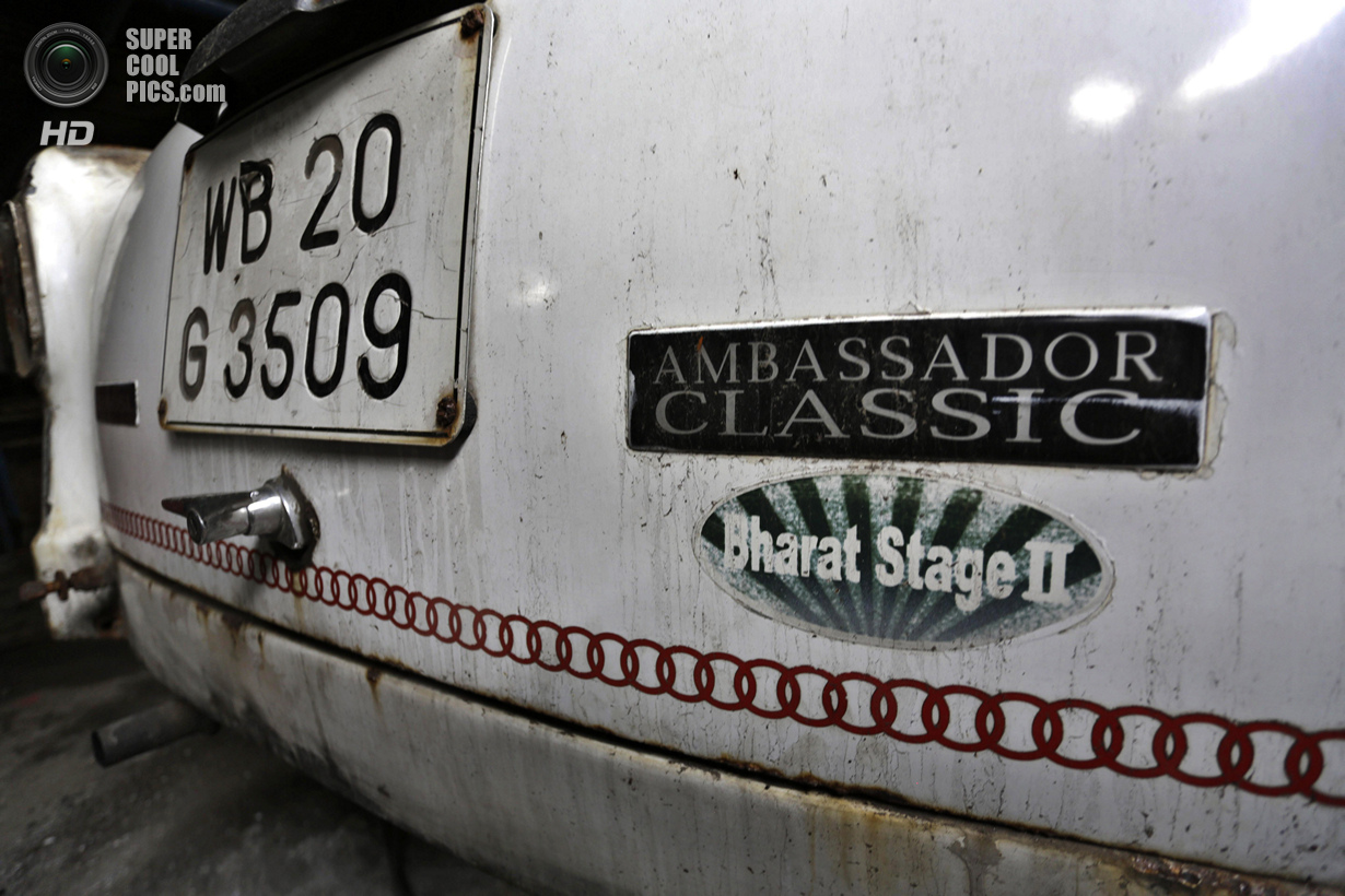 Индия. Калькутта, Западная Бенгалия. 26 мая. Задний бампер Hindustan Ambassador. (AP Photo/Bikas Das
