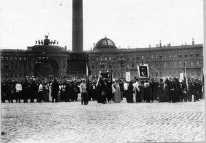 Ликующие монархисты на Дворцовой площади с патриотическими лозунгами перед чтением манифеста.