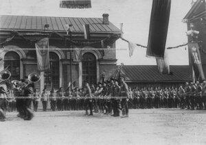 Знамена полков и церемониальный марш полка во время празднования 100-летнего юбилея Кульмского боя.