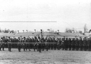 Великий князь Владимир А лександрович обходит строй 1-го стрелкового батальона .