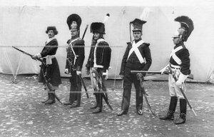 Конные гренадеры в солдатской форме полка различных эпох.