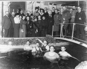 Группа пловцов после окончания занятий в плавательном бассейне.